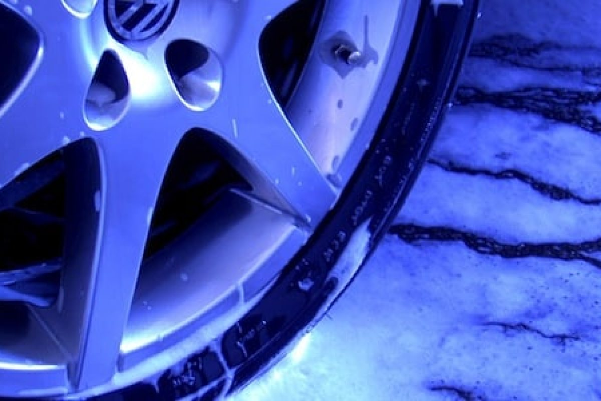 Car cleaning - Volkswagen wheel (The Car Expert)