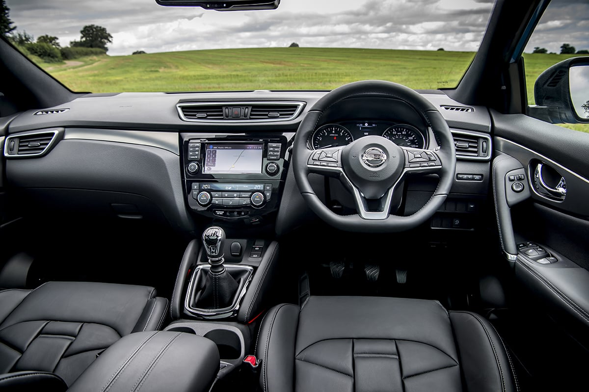 Nissan Qashqai 2017 - dashboard (The Car Expert)