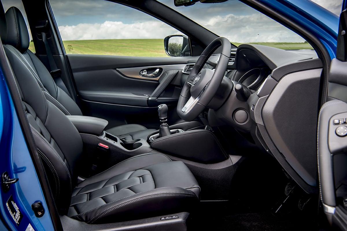 Nissan Qashqai 2017 - front seats (The Car Expert)