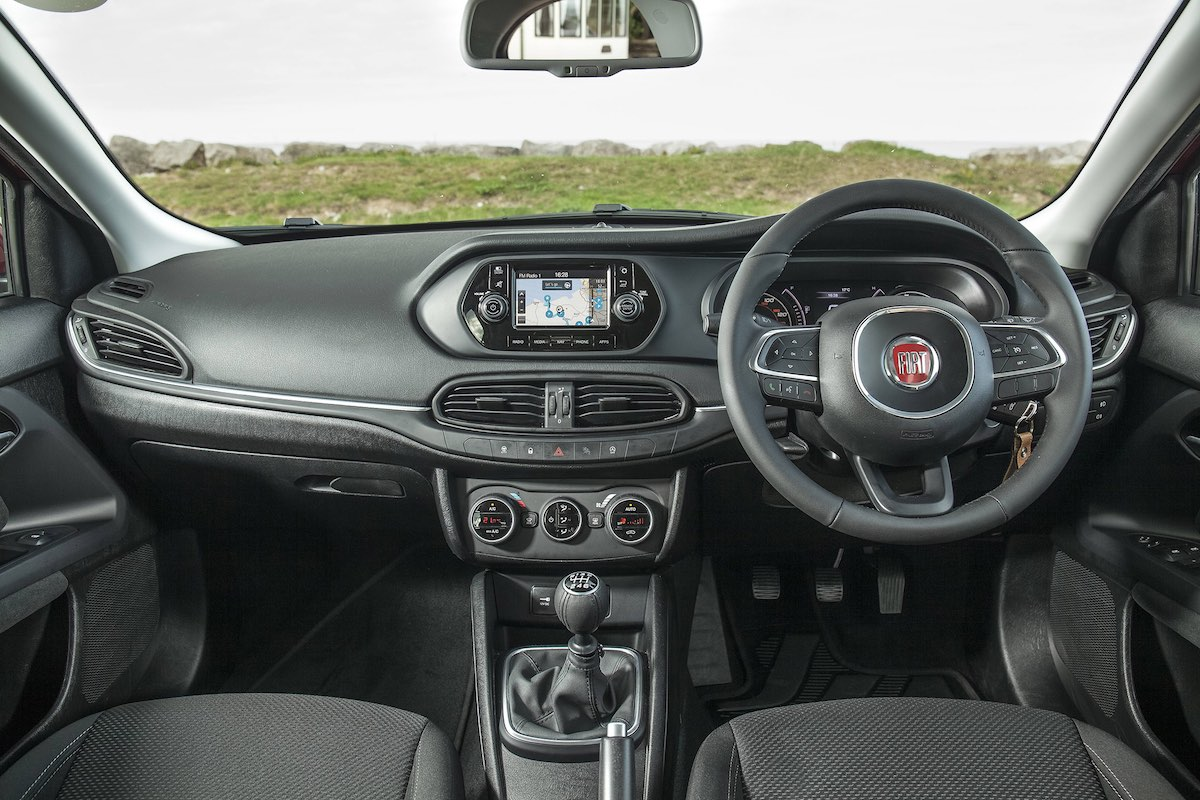 Fiat Tipo dashboard 2017 (The Car Expert)