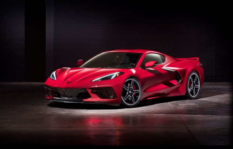 Chevrolet Corvette changes to middle lane
