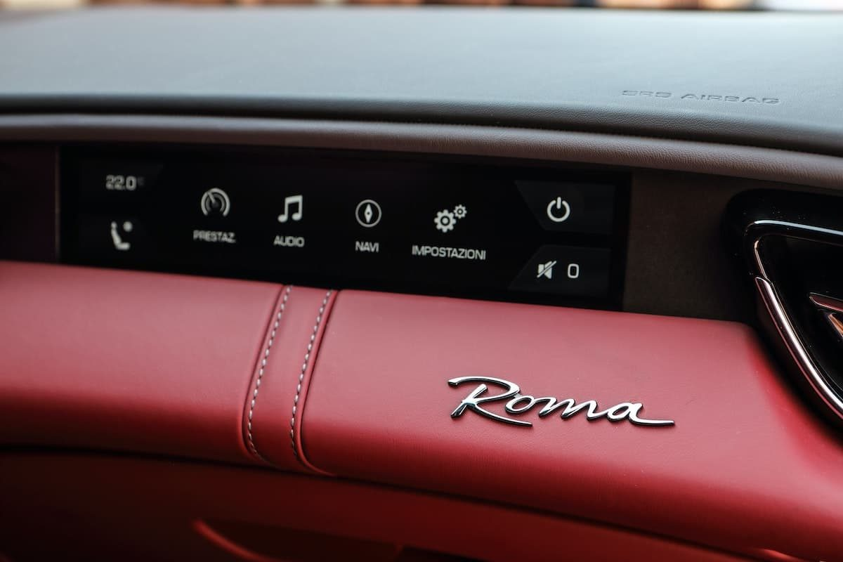 Ferrari Roma review 2020 - passenger display